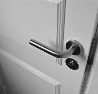 Kunststof en aluminium deuren. Lees hier alles wat je moet weten!